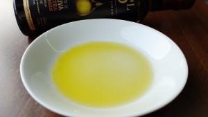 チリのオリーブオイル 皿に注いだ状態