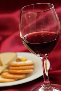 赤ワイングラスとチーズ