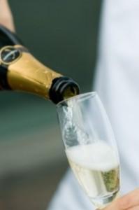 シャンパン 注ぐ